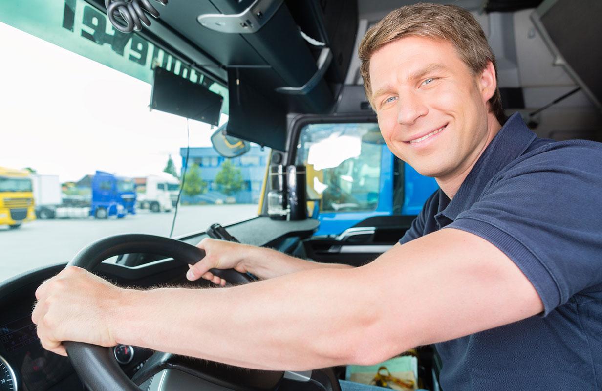 Lächelnder LKW-Fahrer am Steuer